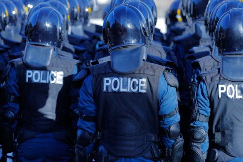 警察官:街を守る警察の機動隊